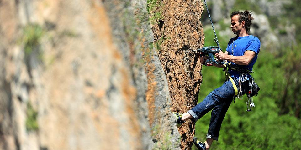 Um escalador necessita das melhores ferramentas em um ambiente difícil de montanha